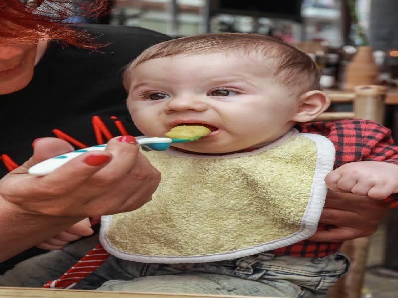 5 Razones para no darle comida aplastada a tu bebé
